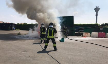 Turate, furgone prende fuoco in discarica FOTO