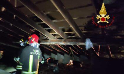 Fulmine su una casa: tetto scoperchiato e ingenti danni. Famiglia evacuata