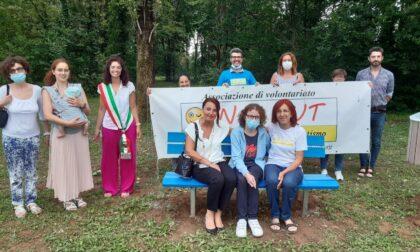 """Una panchina blu dipinta dai ragazzi  dell'associazione """"In x Aut"""" alla giornata mondiale sull'autismo"""