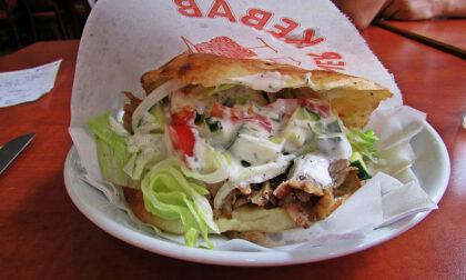 Non paga il kebab, pugni al dipendente che gli ha chiesto il conto