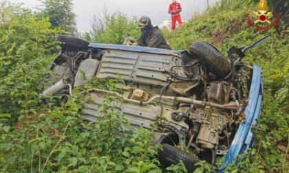 Incidente con un mezzo agricolo, auto ribaltata fuori strada
