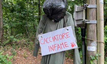 """Cacciatore fantoccio """"impiccato"""" a Cascina Pianbosco: gli animalisti passano alle minacce"""