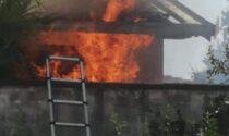 Vigili del fuoco a Lazzate per un incendio divampato in box