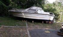 Rifiuti abbandonati, in via Padania spunta anche una barca