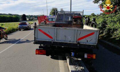 Vedano: perde il controllo del furgone e finisce contro un lampione