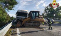 Ruspa cade dal camion, un altro la colpisce in pieno: paura sul Raccordo A26 a Besnate