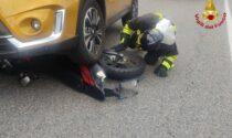 Incidente all'incrocio in via Merano, la moto finisce sotto al suv
