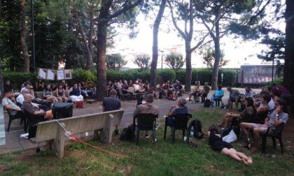 Vent'anni dopo il G8 di Genova, a Saronno: in tanti al dibattito in Piazza Rossa