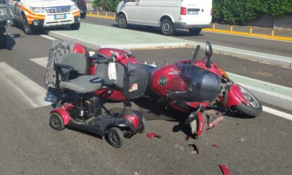 Anziano sulla carrozzina elettrica travolto da una moto a Legnano