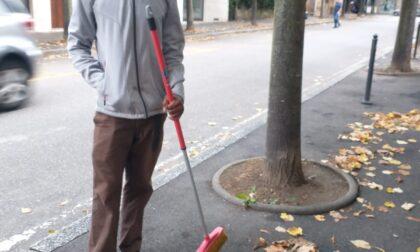Cerca lavoro pulendo gratis le strade della città