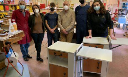 Studenti al lavoro per rimettere a nuovo i comodini della Chirurgia di Luino
