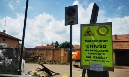 Demolito il vecchio stabile, si amplia il parcheggio di via Dante