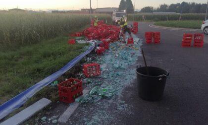 Turate, tir perde il carico: caos in via Como