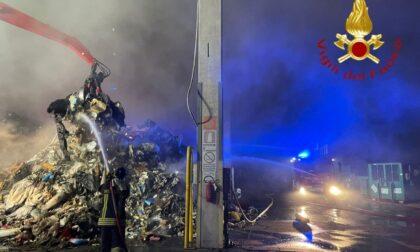 Incendio in un'azienda di trattamento rifiuti a Cermenate