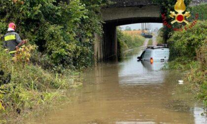 Maltempo nel Comasco: auto bloccata in un sottopasso a Lomazzo