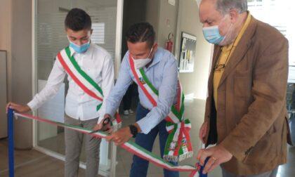 Finalmente, l'inaugurazione: taglio del nastro per la biblioteca di Venegono Inferiore