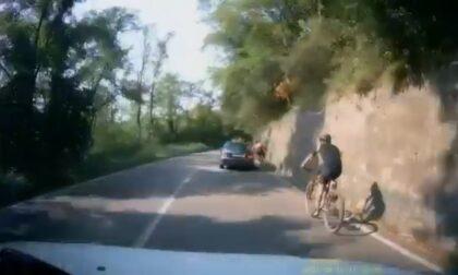 """L'auto lo affianca e poi lo """"stringe"""" fino all'incidente: ciclista 48enne in ospedale"""