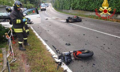 Schianto frontale fra auto e moto a Travedona, centauro fuori pericolo