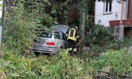 Ubriaco alla guida con la Bmw demolisce il muro di cinta e finisce nel giardino di  una casa