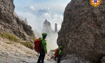Travolto da una scarica di sassi in Grignetta: il casco si rompe ma gli salva la vita