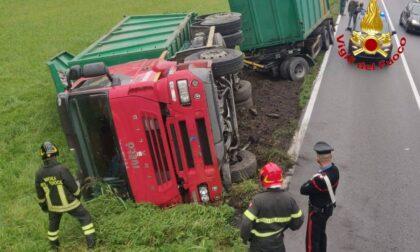 Camion ribaltato a Cassano Valcuvia, conducente con lievi ferite